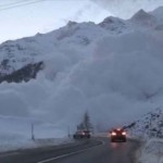 Videóra vették ahogy lavina zúdul egy hegyi útra Svájcban