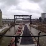 Így kanyarog át egy uszály Cleveland szűk csatornáján
