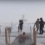 Farkasordító hidegben fürdőztek az emberek a jeges folyókban vízkereszt alkalmából