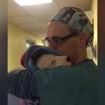 Így nyugtatta a műtéten átesett, rémült kiskutyát az állatorvos