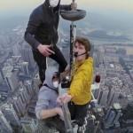 Elképesztő felvételeket készítettek Kína egyik legmagasabb felhőkarcolójának tetejéről
