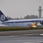 Futómű nélkül hajtott végre sikeres kényszerleszállást egy utasszállító repülő