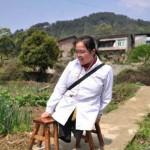 A gyógyításnak szentelte az életét a kínai nő, aki gyerekkorában mindkét lábát elveszítette
