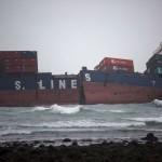 Drónfelvétel a zátonyra futott és kettétört tajvani konténerszállító hajóról