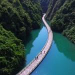 Különleges híd kanyarog egy gyönyörű kínai folyó felett