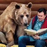 Photo: Családtagként bánik a hazáspár a medvével, akit 23 évvel ezelőtt fogadtak be