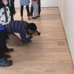 Photo: Műalkotásnak hitték a látogatók a múzeum padlóján hagyott szemüveget