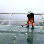 Kalapáccsal tesztelték Kína legnagyobb üveghídjának járópaneljét
