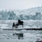 A Jeges-tengeren, úszó jégtáblák között zongorázott a világhírű zeneszerző