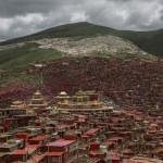 Photo: Kína elkezdte lerombolni a világ legnagyobb buddhista települését
