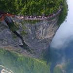 1500 méteres mélység felett vezet a Tekeredő Sárkány-szikláján épült üvegút