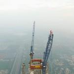 Így mászta meg a világ legmagasabb daruját egy pár