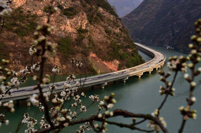 Folyó felett épült autópálya