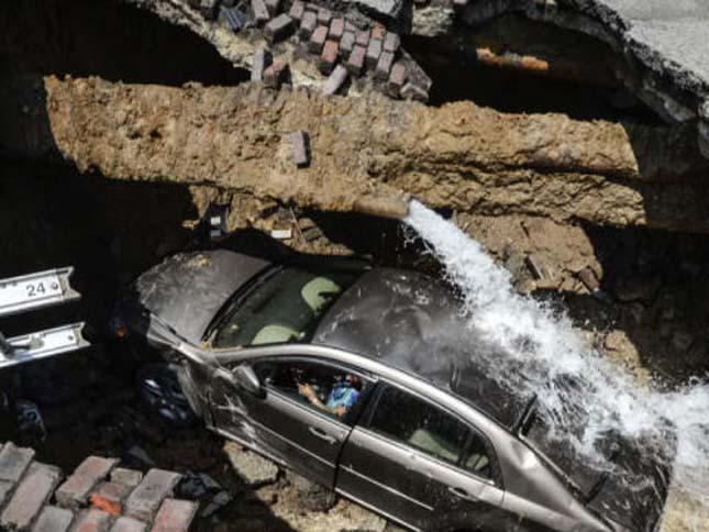 Beszakadt az út egy autós alatt