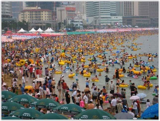 Kétmillió strandoló a busani tengerparton