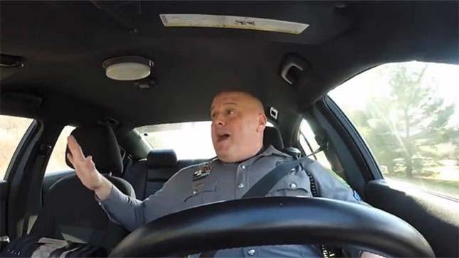 Éneklő rendőr
