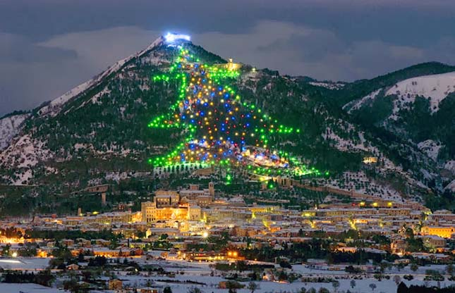 Gubbio karácsonyi fényei