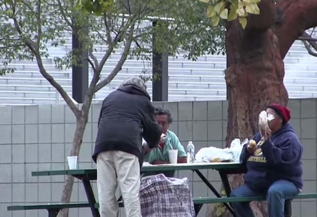100dollárt kapott a hajléktalan férfi