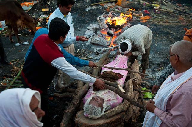 Halottégetés Varanasiban, Indiában