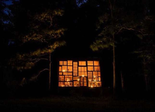 Újrahasznosított ablakokból épült ház