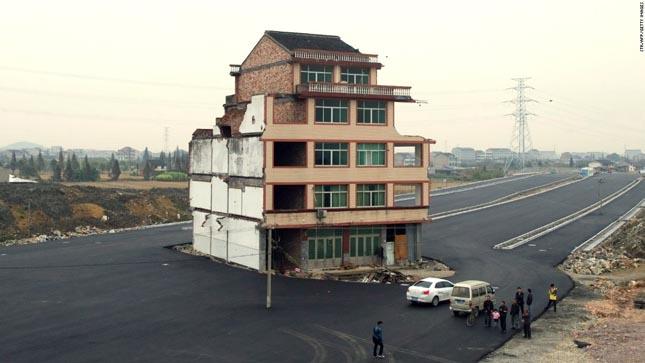 Házak az építési területek közepén