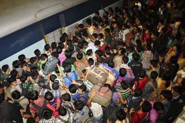 Zsúfolt vonatok Indiában