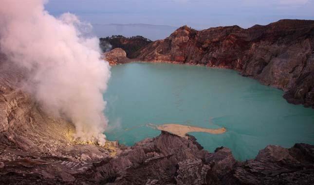 Kén bányászok a Kawah Ijen vulkánon