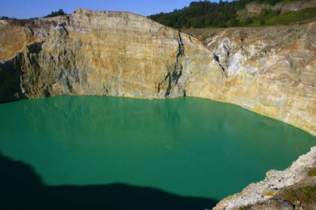 A Kelimutu vulkán színes tavai