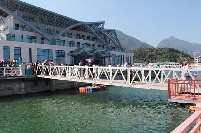 Kettétört egy gyalogoshíd a turisták alatt