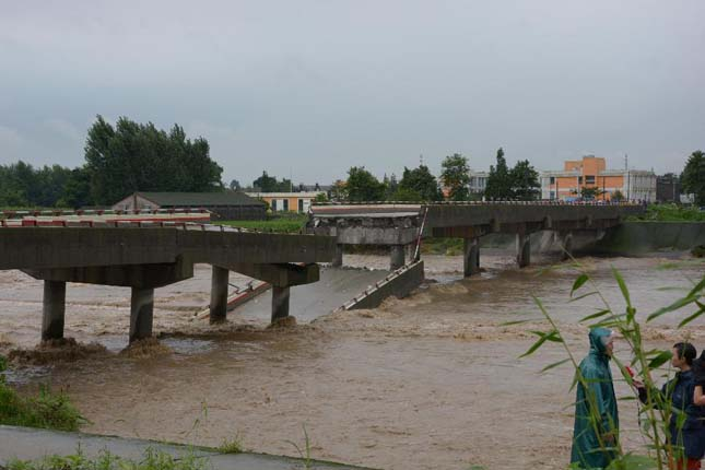 Hatalmas esőzések és áradás Kínában