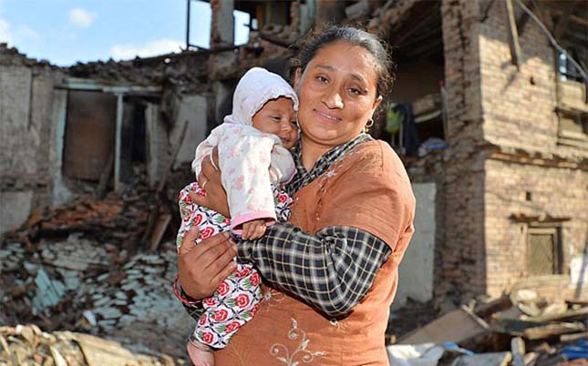 Kisbabát szabadítottak ki a romok alól Nepálban
