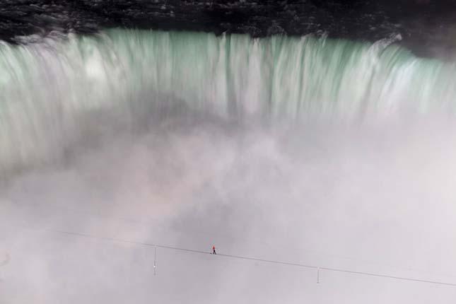 Kötéltáncos a Niagara-vízesés felett