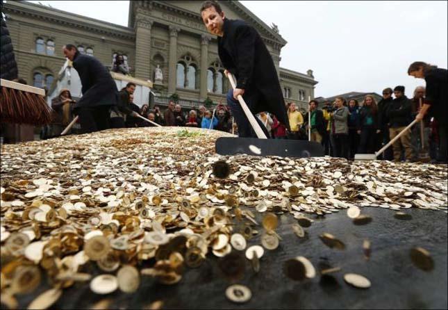 Svájcban 15 tonna pénzt borítottak az utcára