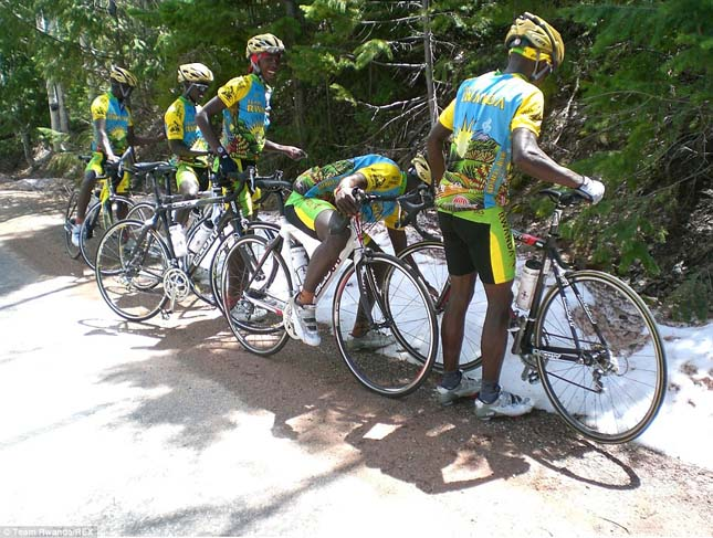Ruandai kerékpáros csapat havat lát