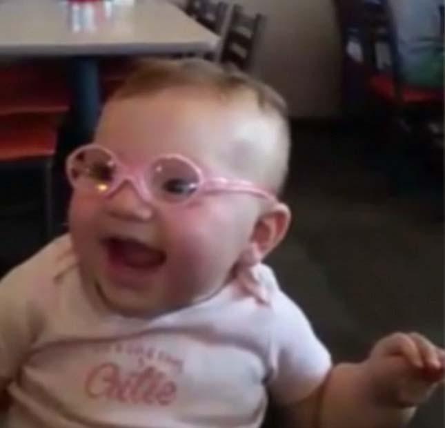 Először próbálta ki a szemüvegét a kislány