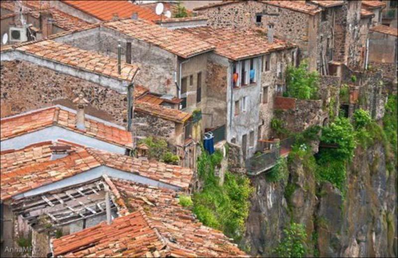 Sziklára épült városok
