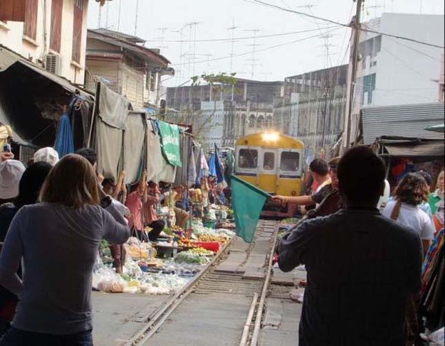 Thai piac, amin egy vasúti sín halad át