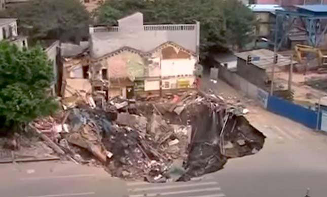 Hatalmas kráter keletkezett vasútépítés közben Kínában