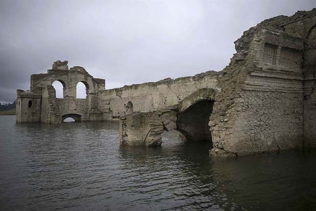 Előbukkant egy templom a víz alól