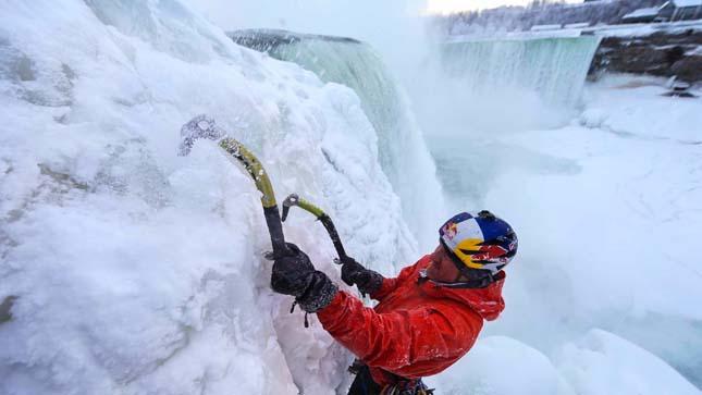 Megmászták a befagyott Niagara-vízesést