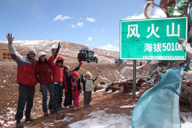 Autóval utazza be a világot egy argentin család