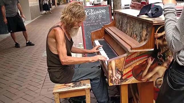 Zongorázó hajléktalan