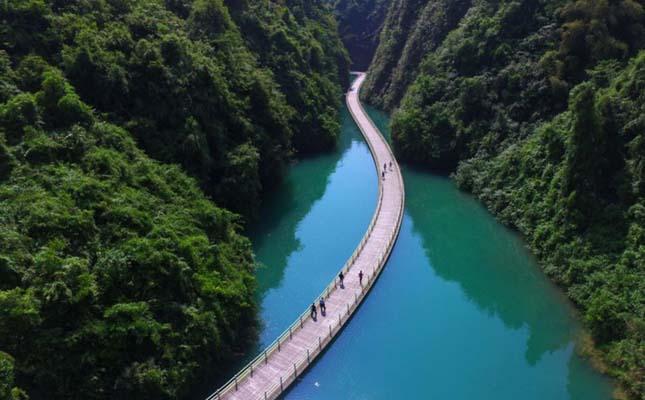 Gyaloghíd a folyó felett