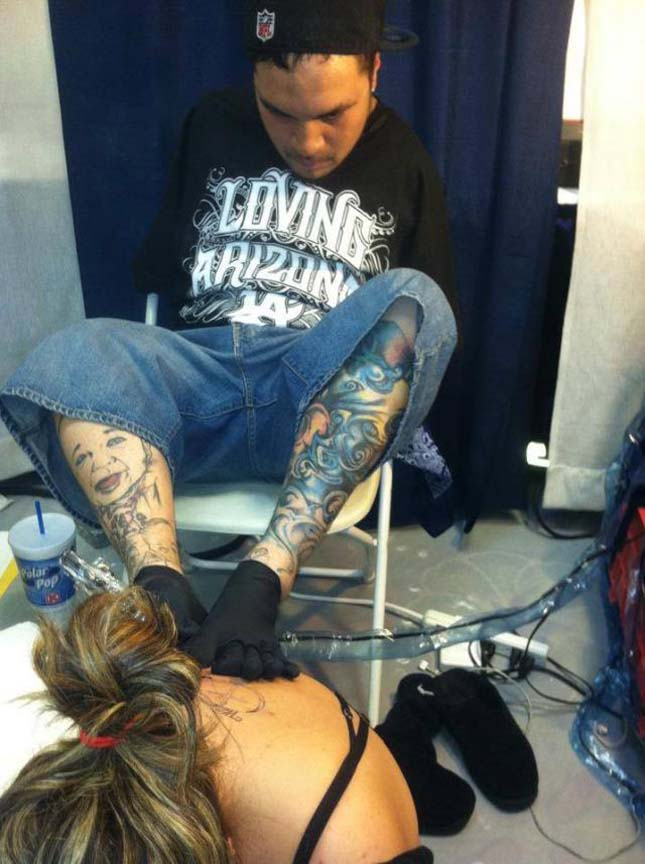 Karok nélküli tetoválóművész