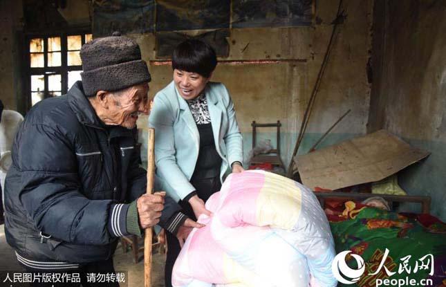 56 éve gondoskodik a férfi lebénult feleségéről