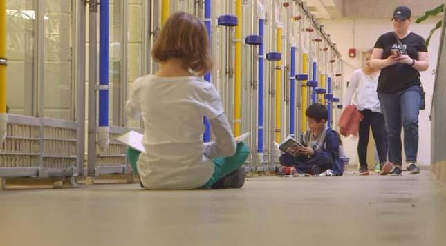 Menhelyi kutyáknak olvasnak fel gyerekek