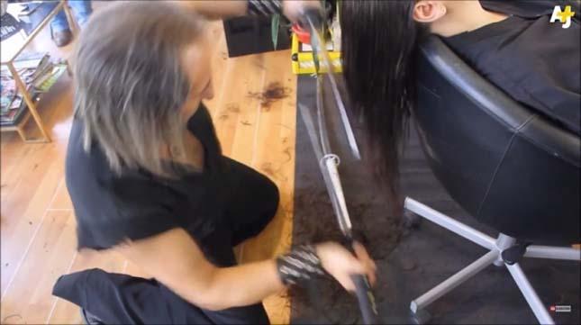 Karddal és tűzzel vág hajat a fodrász