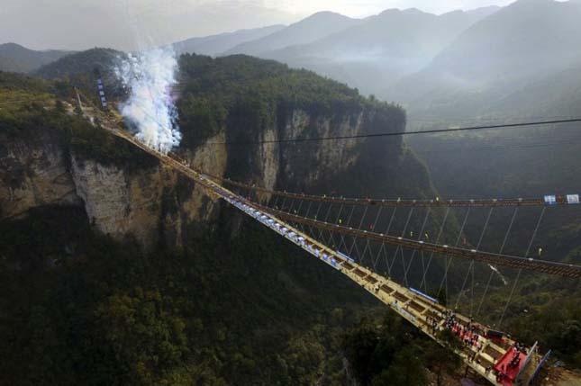 üvegpadlós függőhíd Kínában