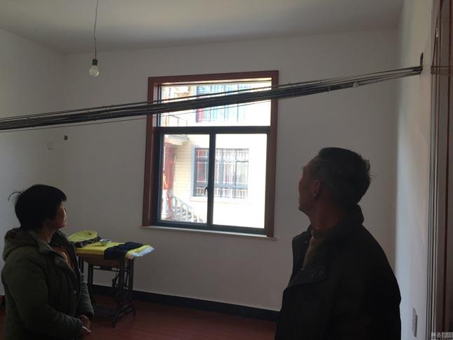 Villanyvezeték halad egy lakóházon keresztül