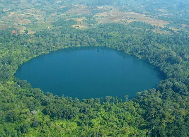 Jak Loum kráter tó, Ratanakiri tartomány északkelet Kambodzsa